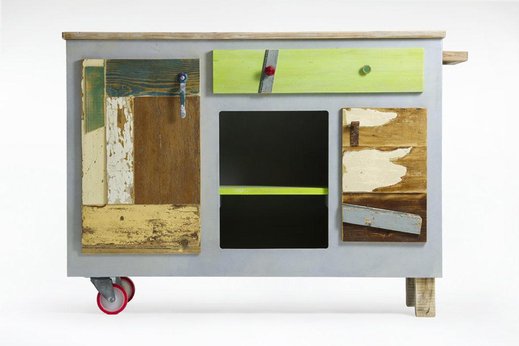 Credenza con ruote e maniglia in scrap wood, legno recuperato di vari colori, scocca grigia