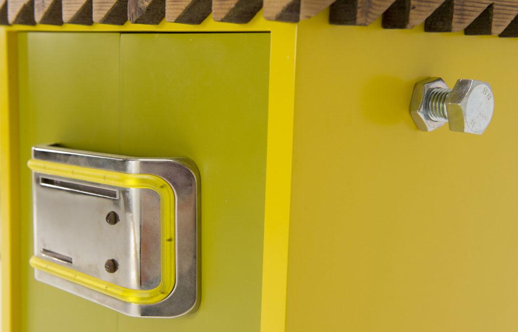 Dettaglio mobile artigianale spiritoso verde lime con inserti in metallo