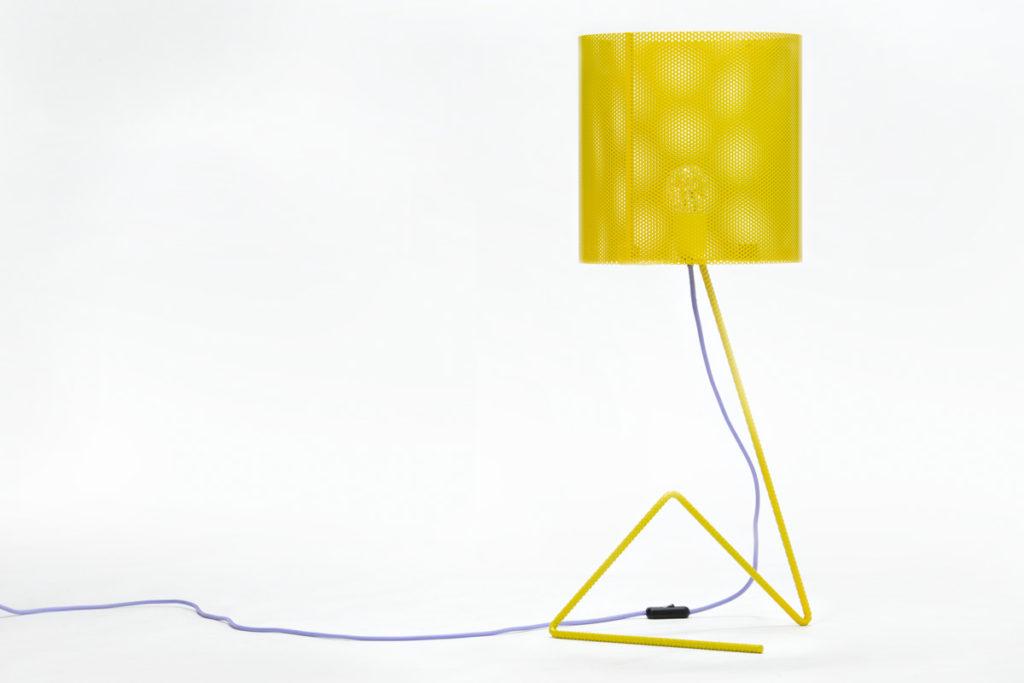 Lampada da tavolo in ferro traforato giallo minion e filo azzuro