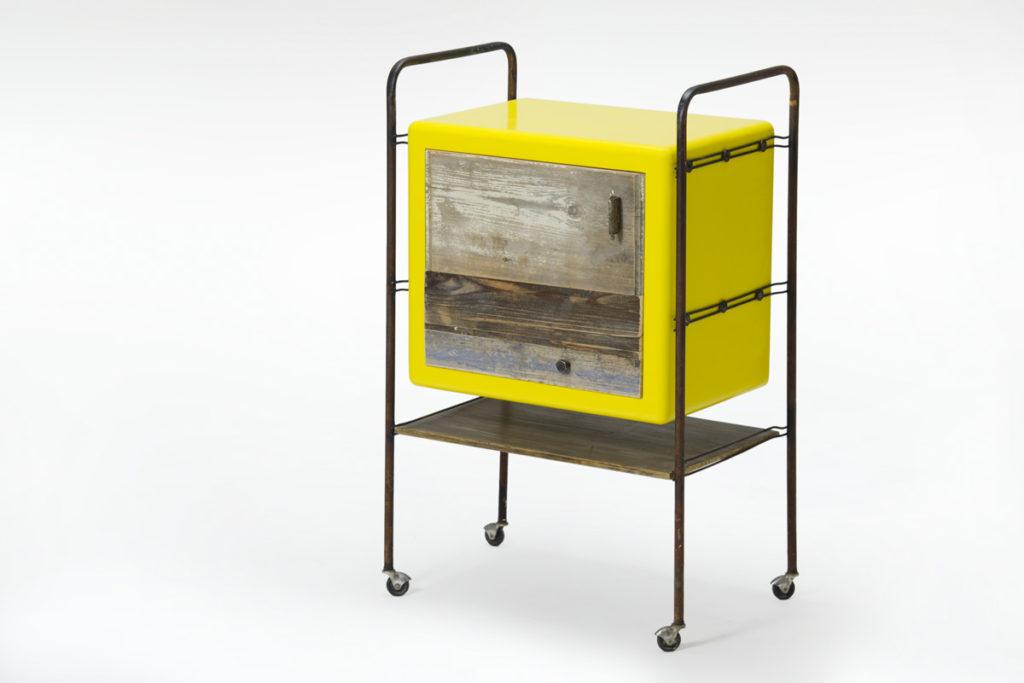 Mobiletto con ruote e struttura antica in ferro con sportello di legno riciclato chiaro