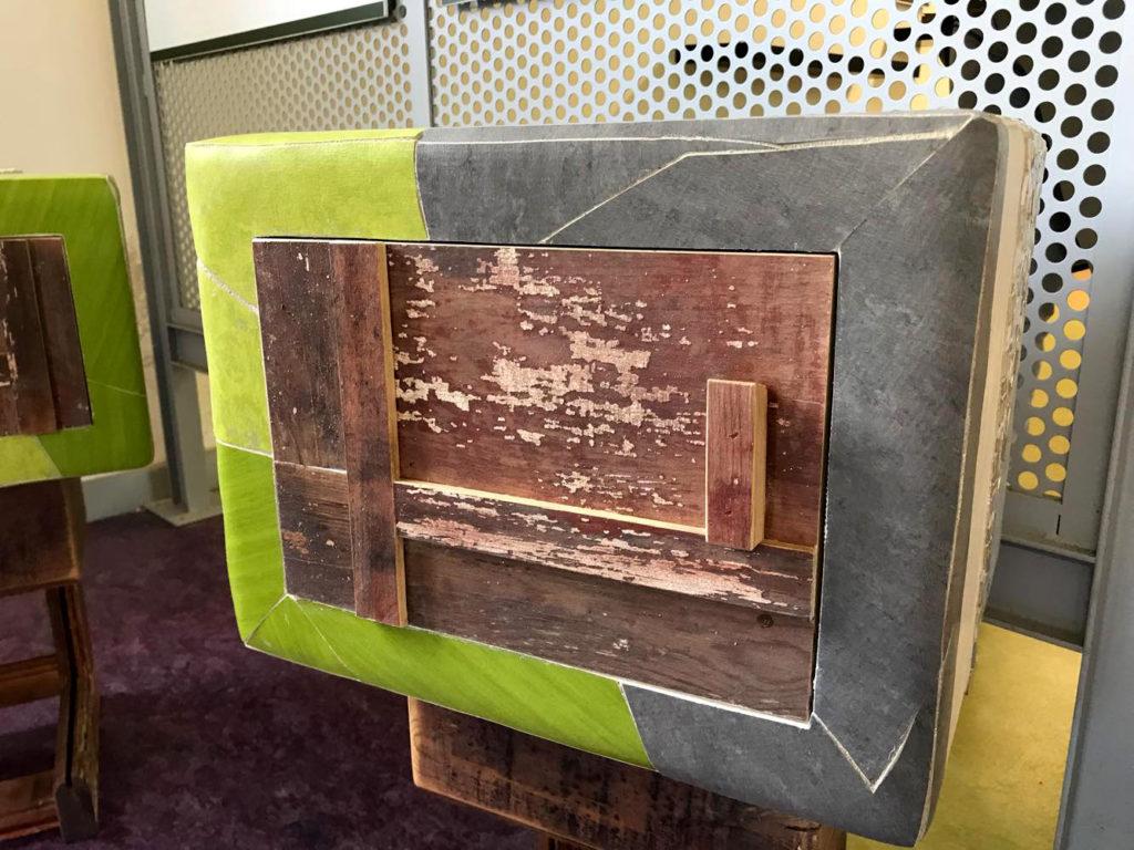 Comodino, bedside table, con linoleum colorato e legno riciclato