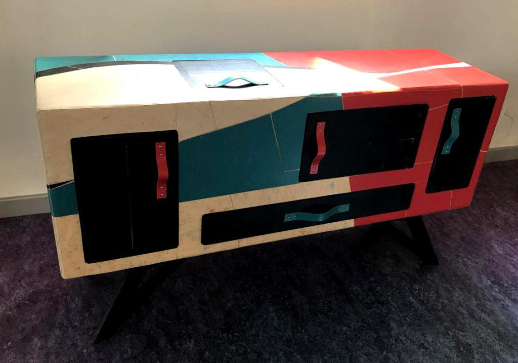 Credenza cassettiera in legno nero e rivestimento colorato di linoleum tarkett