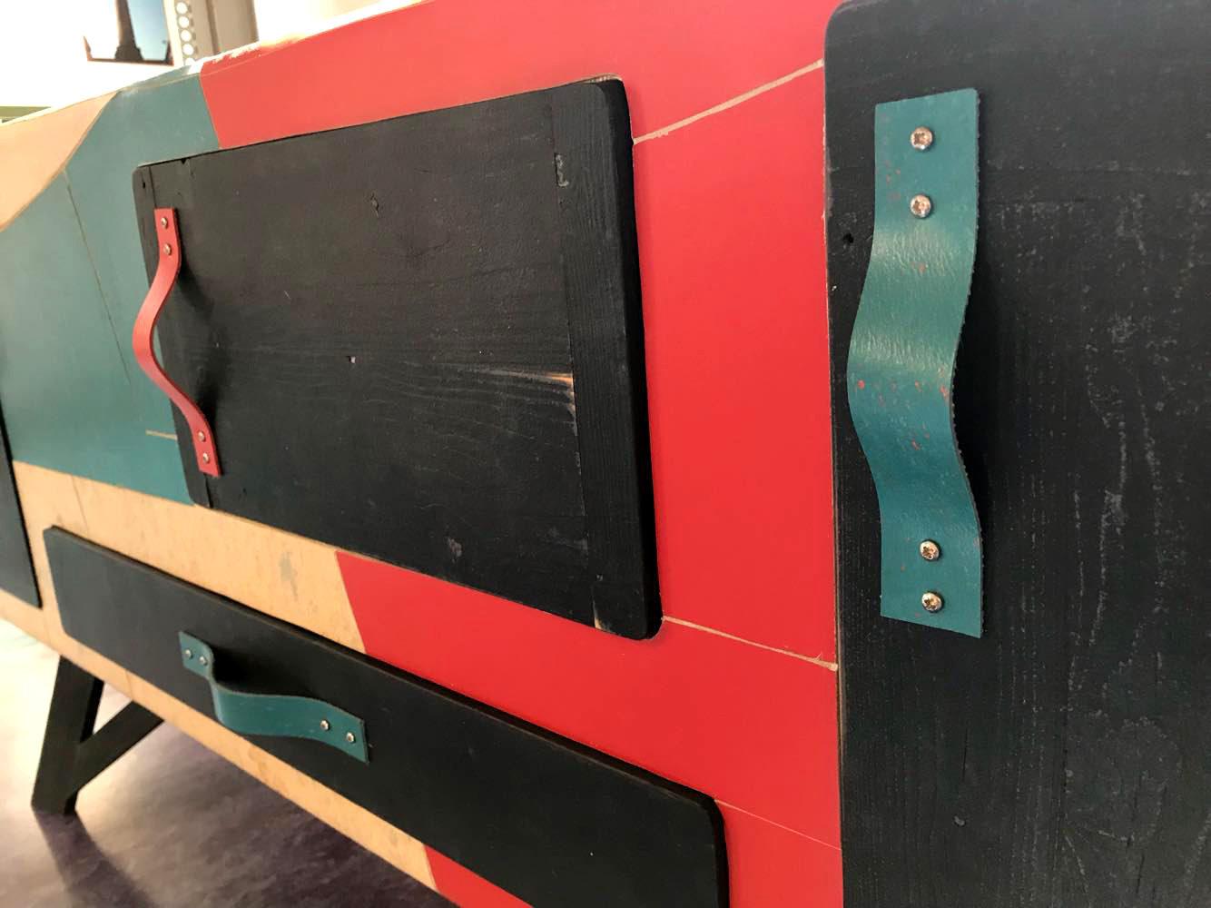 Credenza contemporanea in linoleum colorato per soggiorno, verde, rosso, legno nero