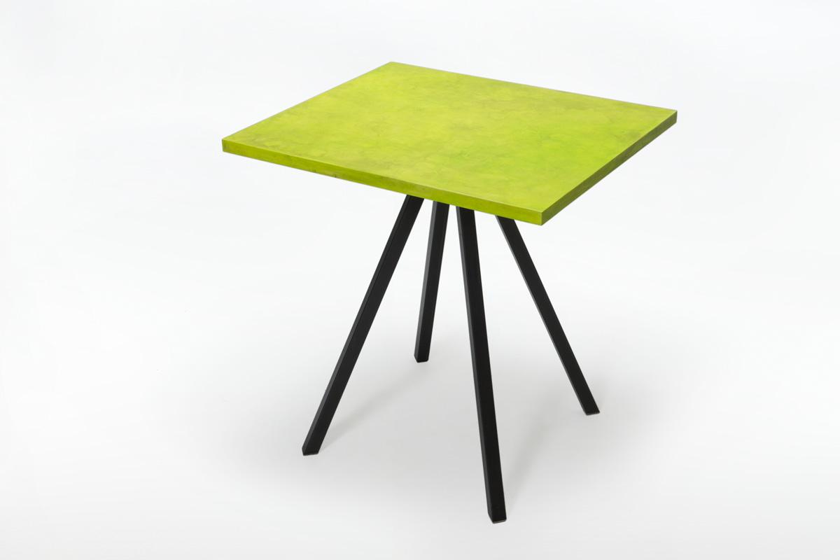 tavolo con gambe in ferro ossidato e piano green lime resina