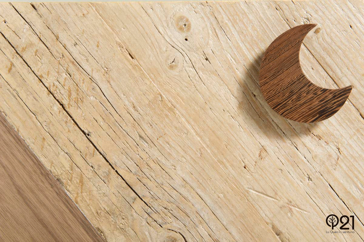 legno di recupero con venature e maniglia a forma di stella
