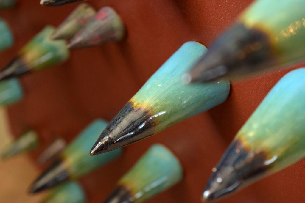 aculei in ceramica dipinti a mano per arredo azzurro e viola