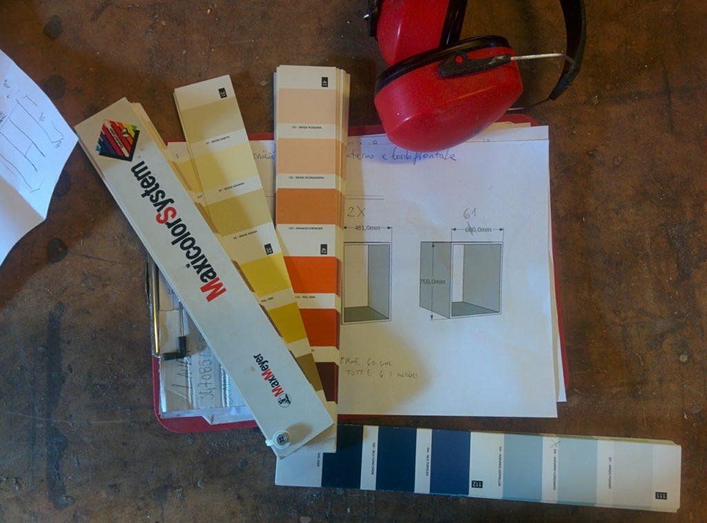 mazzetta colori, cuffie insonorizzanti e progetti 3d