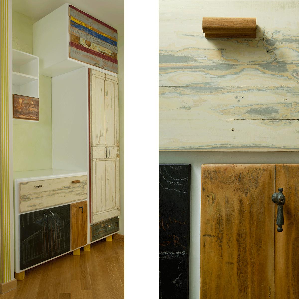 parete ingresso con mobili in legno vintage e lavagna nera