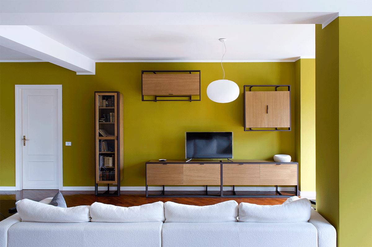 parete attrezzata in rovere chiaro e parete color senape