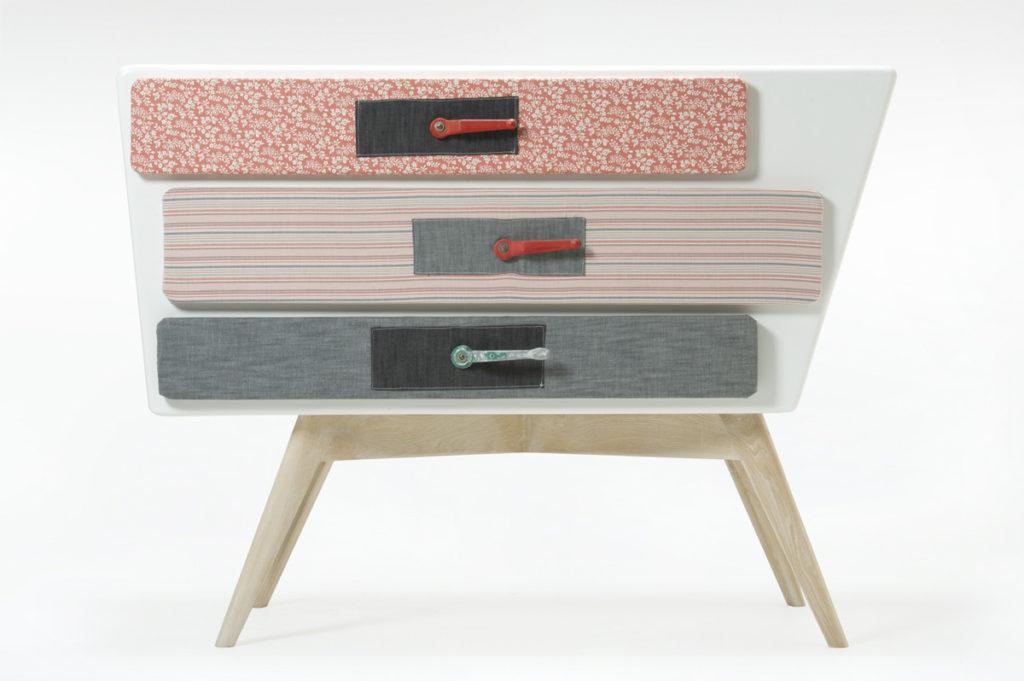 cassettiera con tre cassetti ricoperti di stoffa e rubinetti idraulici