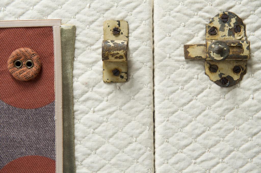 Dettaglio di piccola madia in rovere chiaro, laccatura bianca e dettagli in stoffe vintage