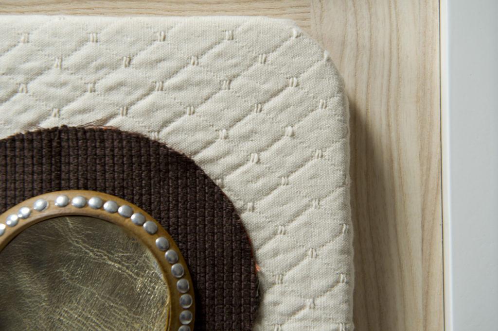 Credenza in rovere chiaro, laccatura bianca e dettagli in stoffe vintage