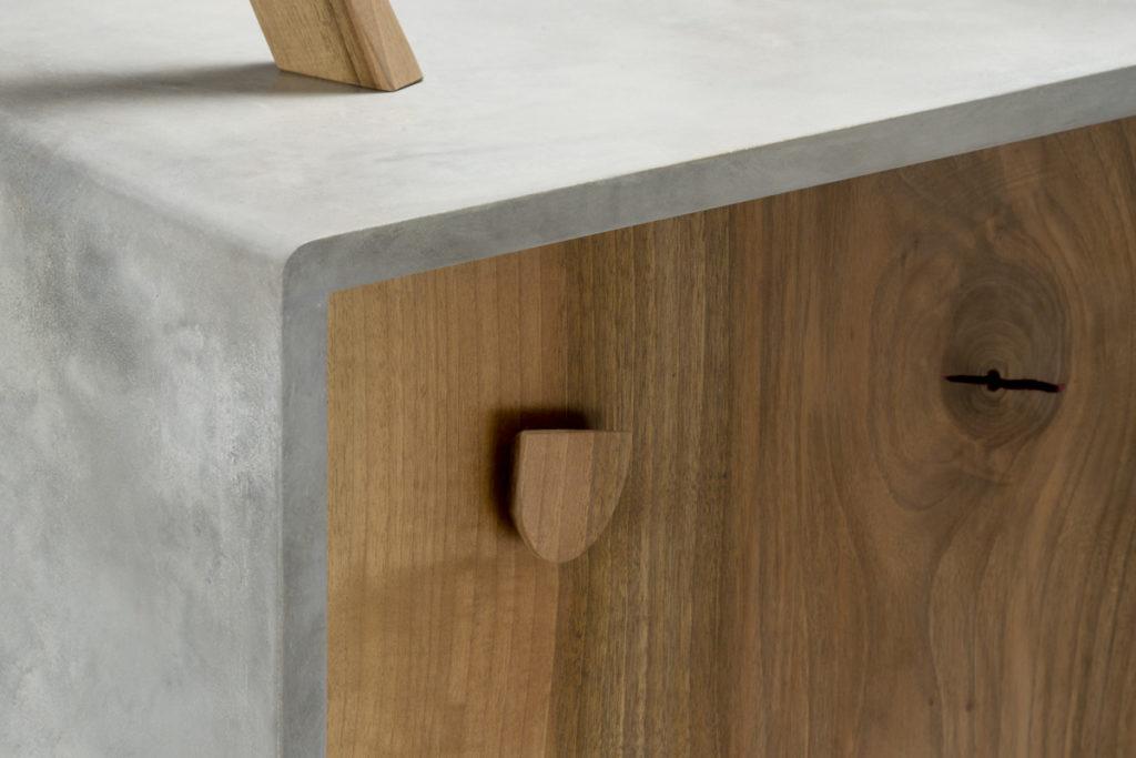 resina e legno massello per contrasti materici grigio