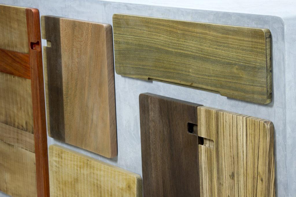 dettaglo credenza con sportelli essenze legno e resina color cemento