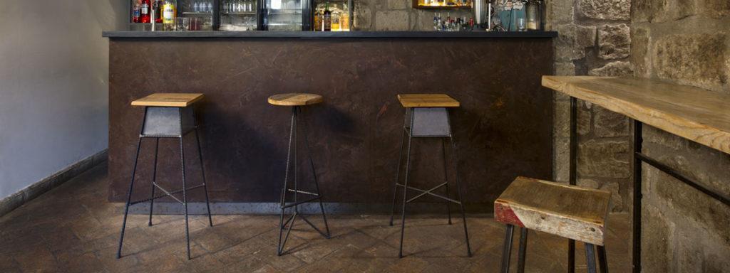 bancone bar stile industriale ferro ossidato e legno di recupero