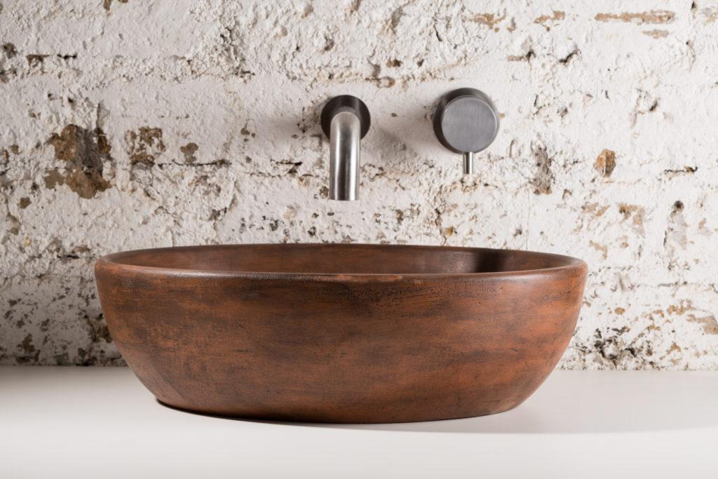 lavabo in malta di grassello ocra realizzato a mano
