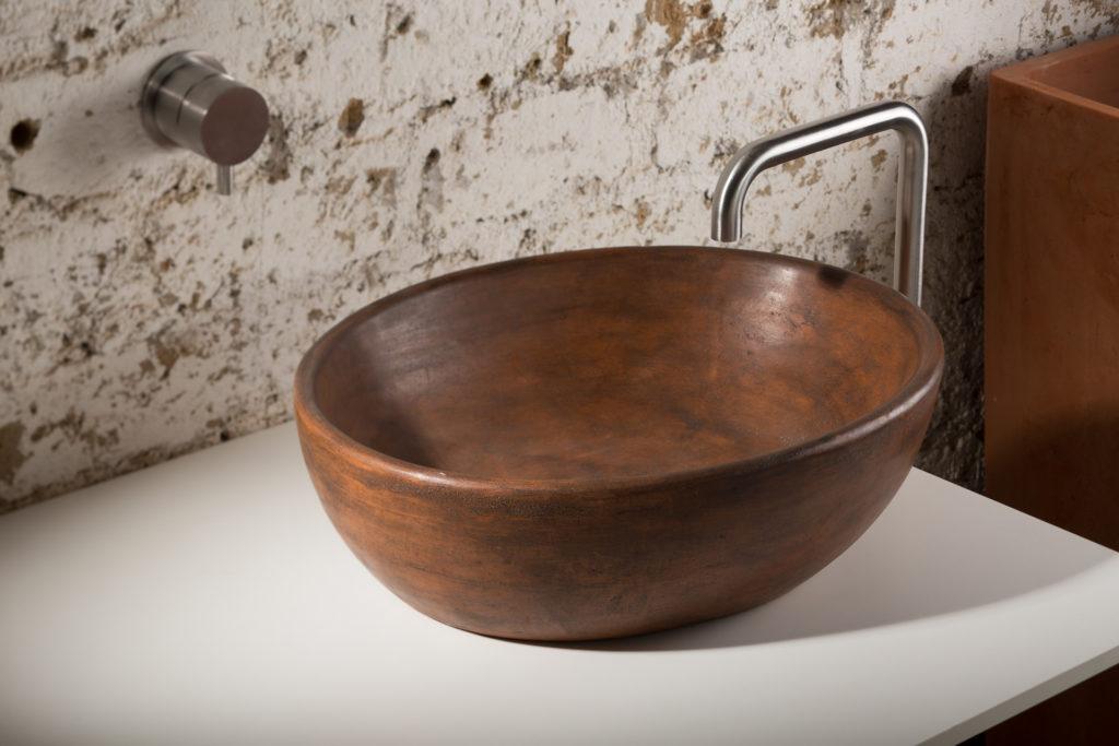 lavello per bagno in malta di grassello ocra realizzato a mano