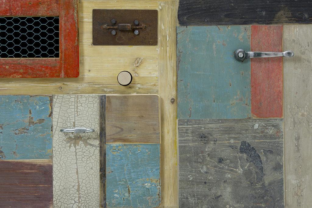 madia con legno da cantiere di recupero e ferro antico