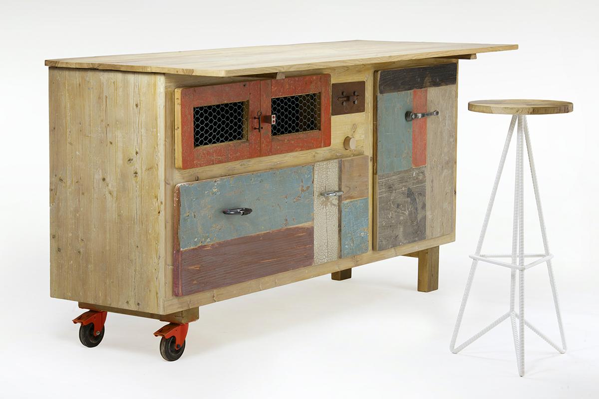 credenza da cucina in legno di recupero colorato con piano allungabile