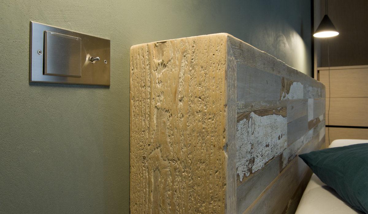 arredamento camera d aletto testata in legno contemporanea