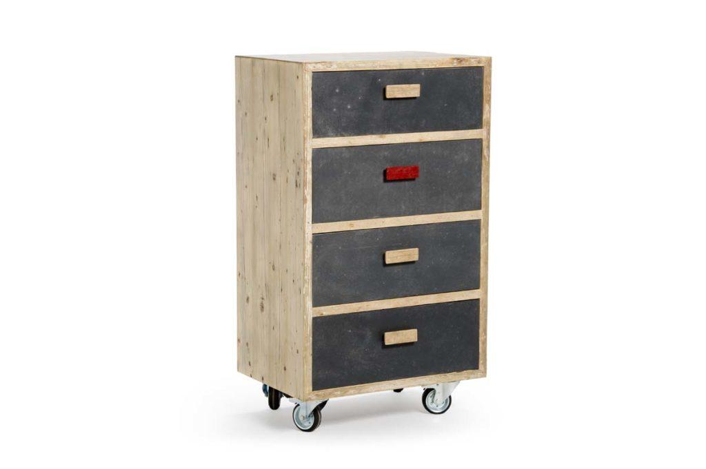 piccola cassettiera con legno da costruzione