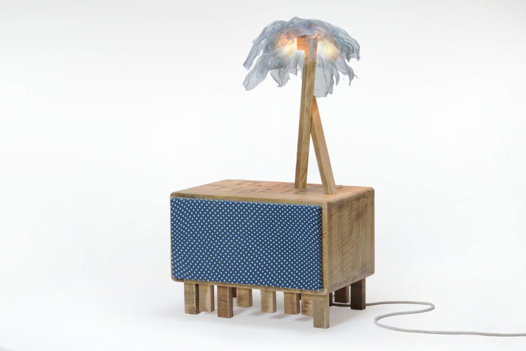credenza piccola con sportello stoffa vintage e lampada legno di recupero