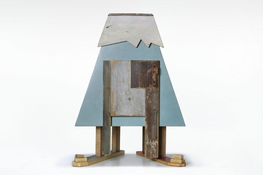 piccolo mobile in legno a forma di montagna innevata