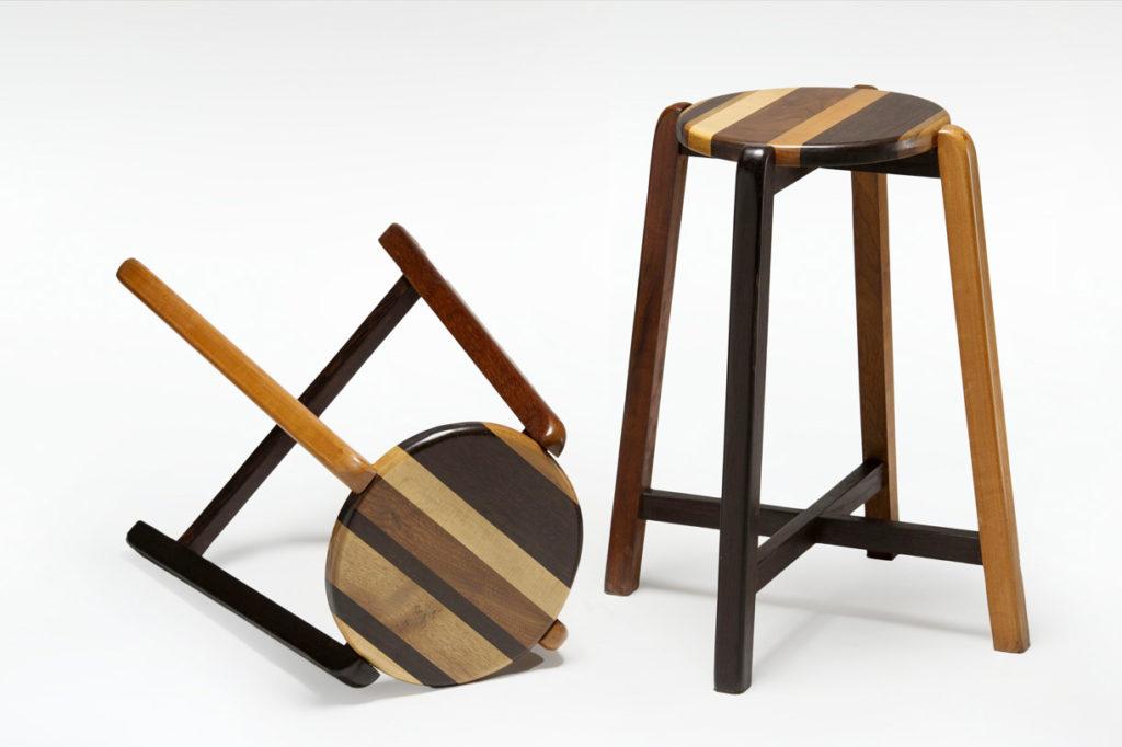 sgabello basso in legno massello noce