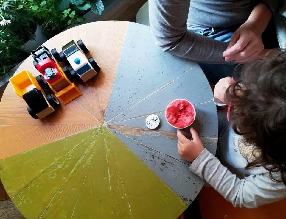 tavolo per bambini colorato in legno circolare per la cameretta