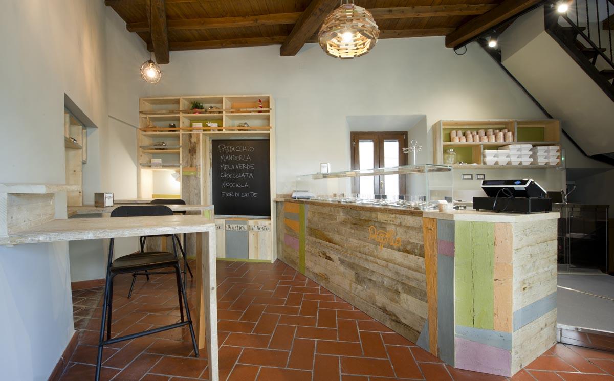 bancone in legno di recupero colorato per gelateria artigianale