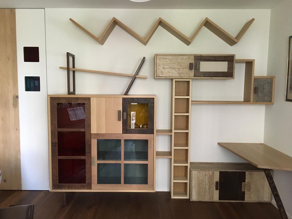 parete attrezzata in legno massello e vetro colorato