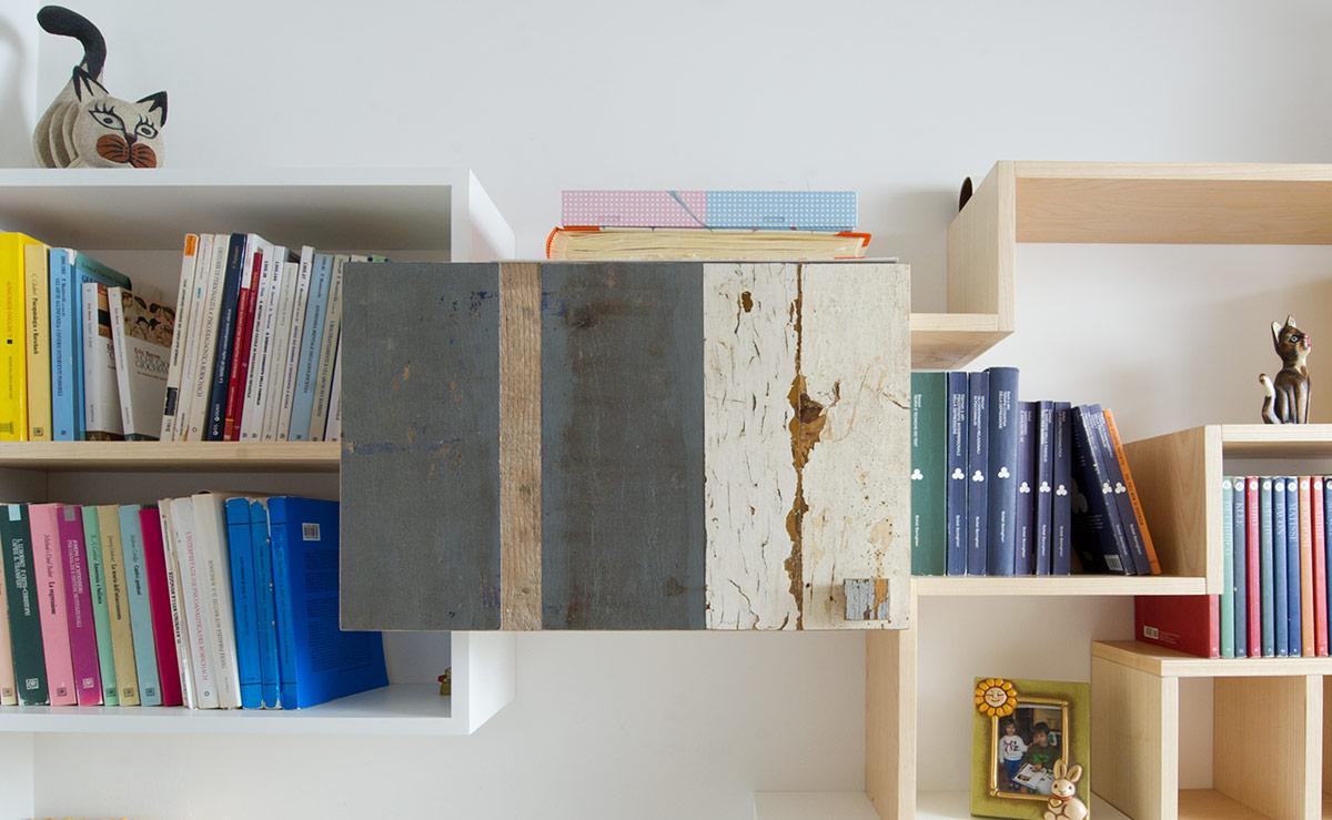 libreria in legno massello e ante in legno vintage colorato