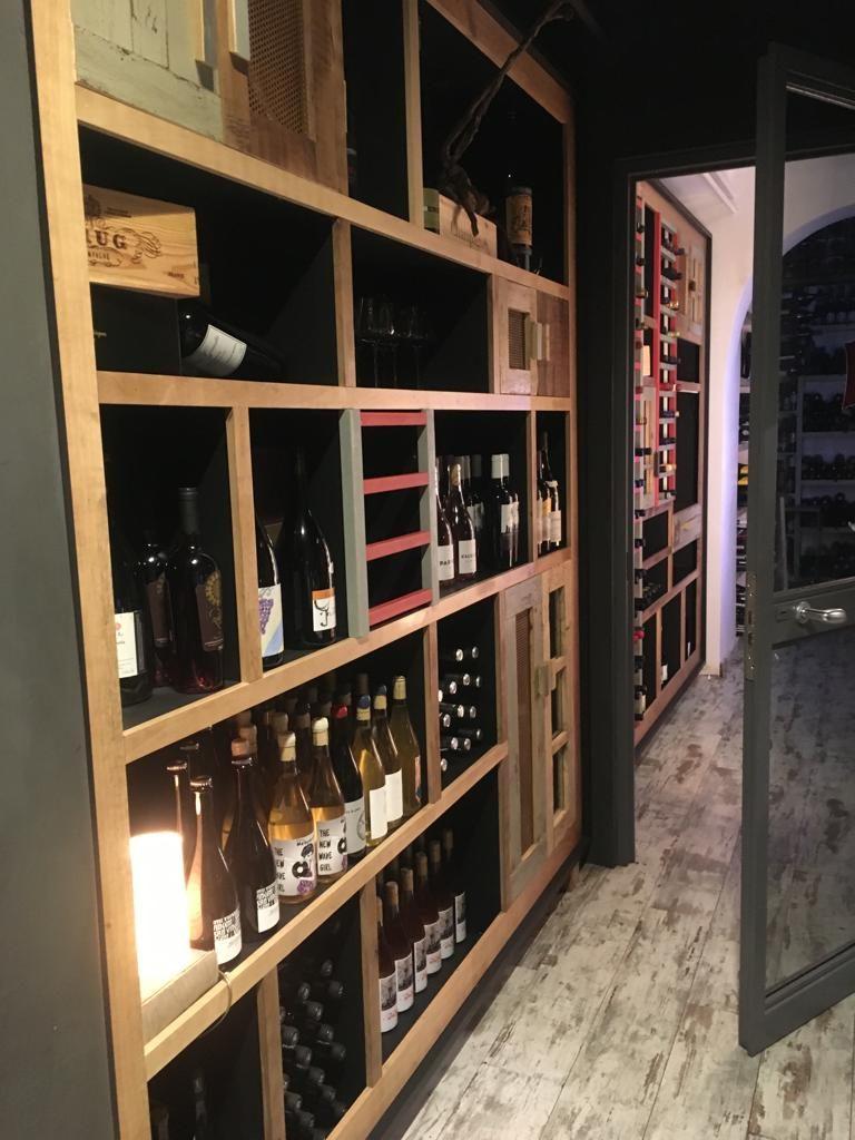 parete attrezzata per vini in legno arredamento enoteca
