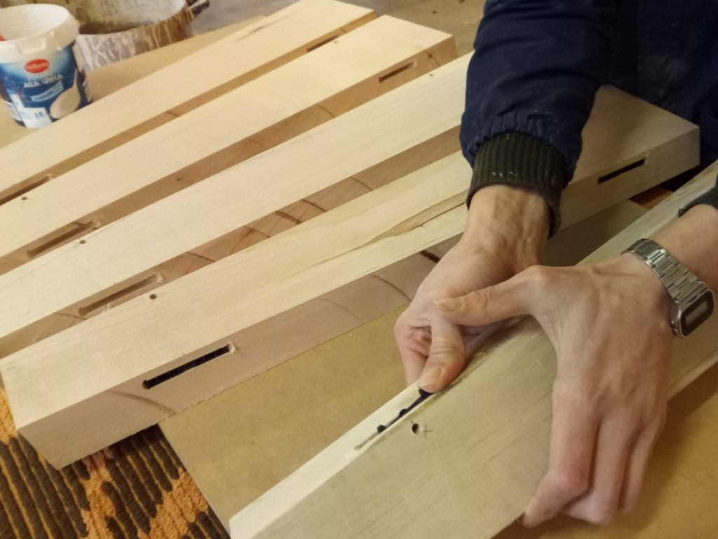 costruzione di una tavolo in legno contemporaneo