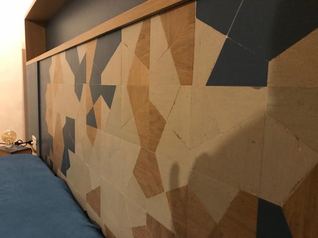 testata letto intaglio contemporaneo legno di rovere al naturale e legno blu e beige vintage