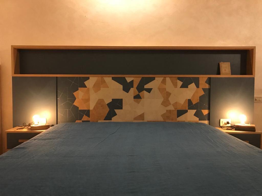 testata letto con comodini intaglio grafico blu e rovere