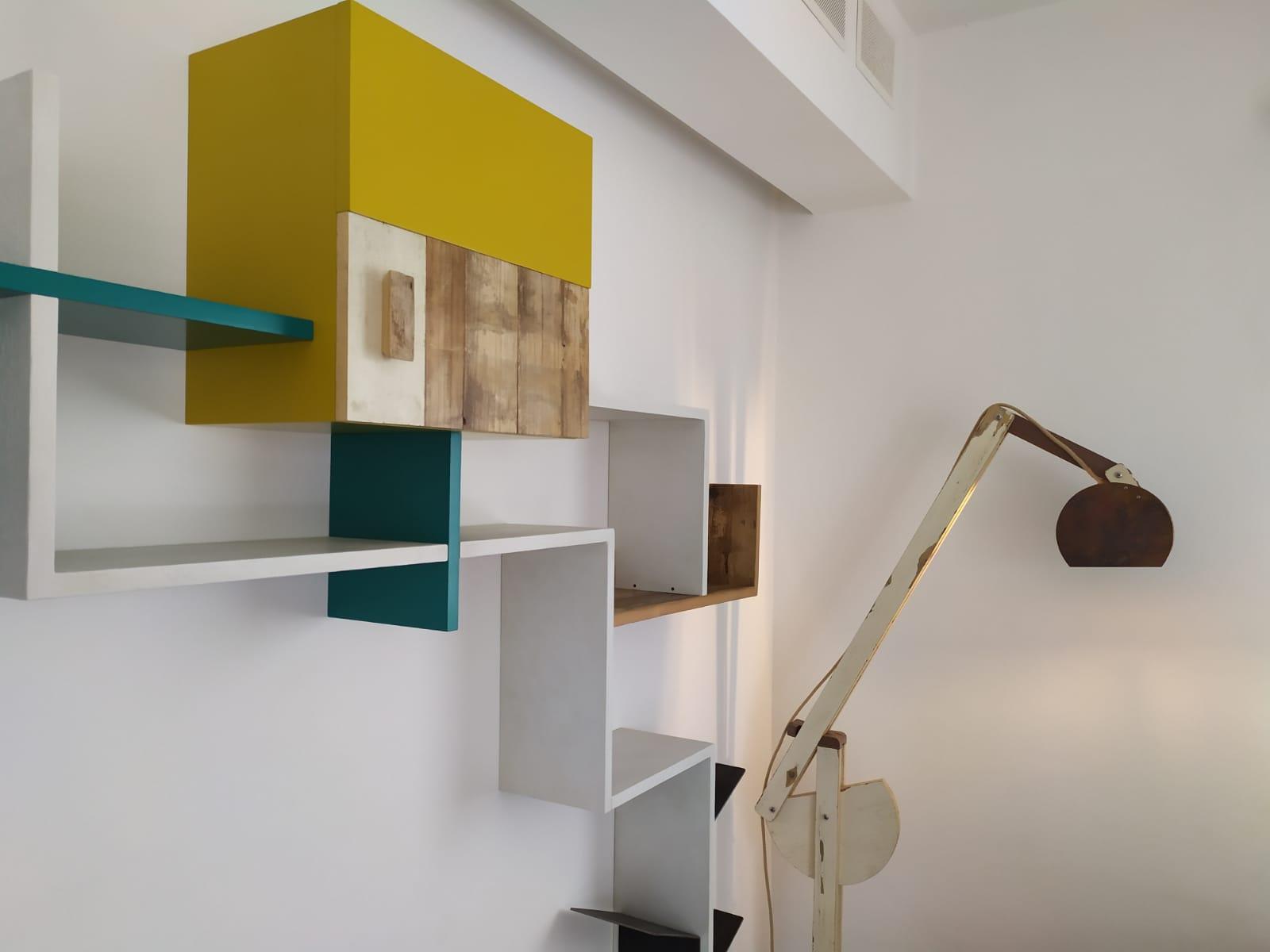 parete attrezzata legno coloratao di recupero controprogetto