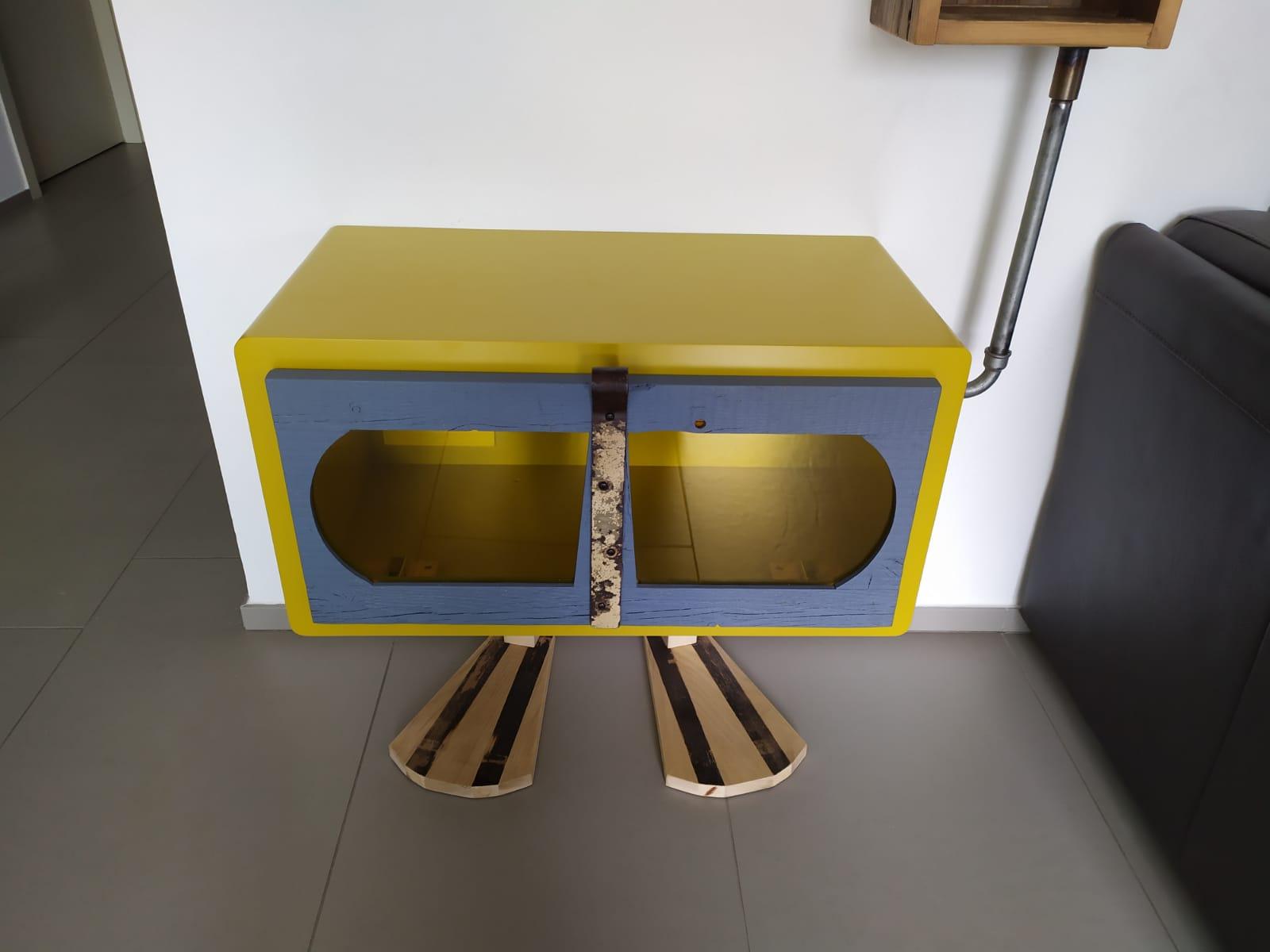mobile con anta ribaltabile colorato per soggiorno