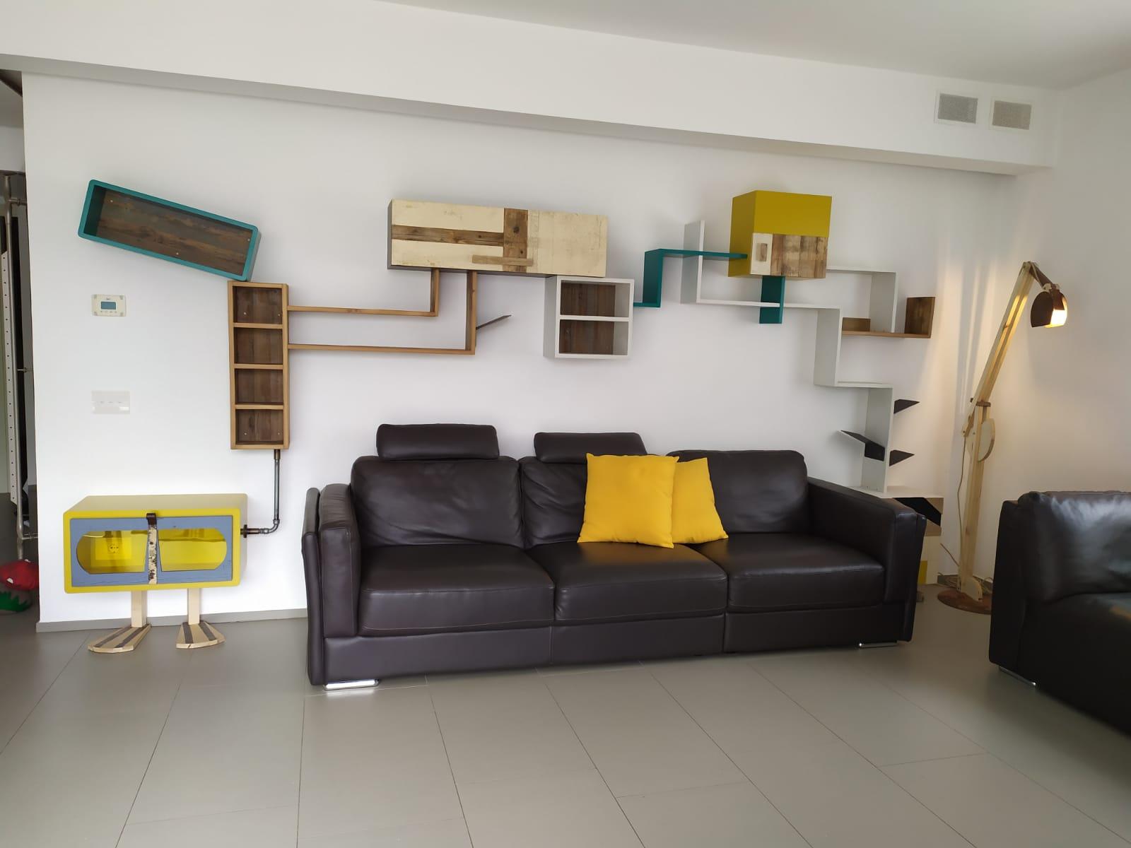soggiorno con parete attrezzata moderna e colorata