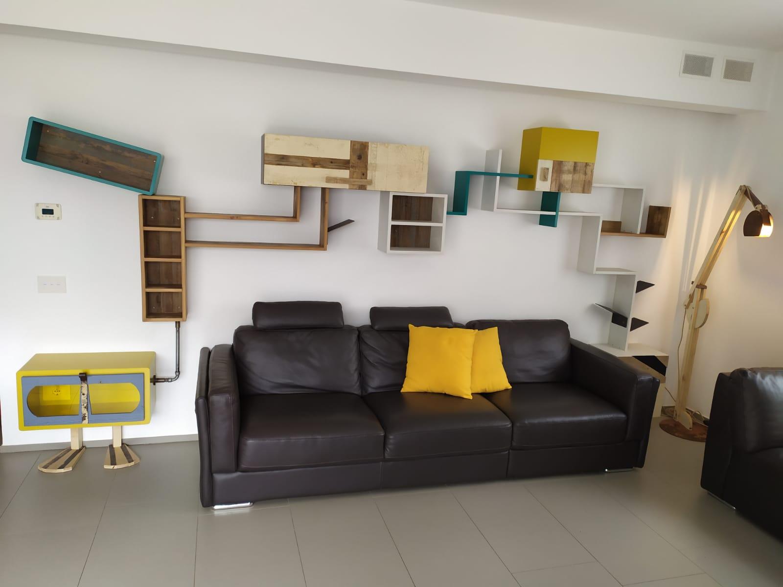 parete attrezzata moderna tubi idraulici legno laccato colorato e legno vintage