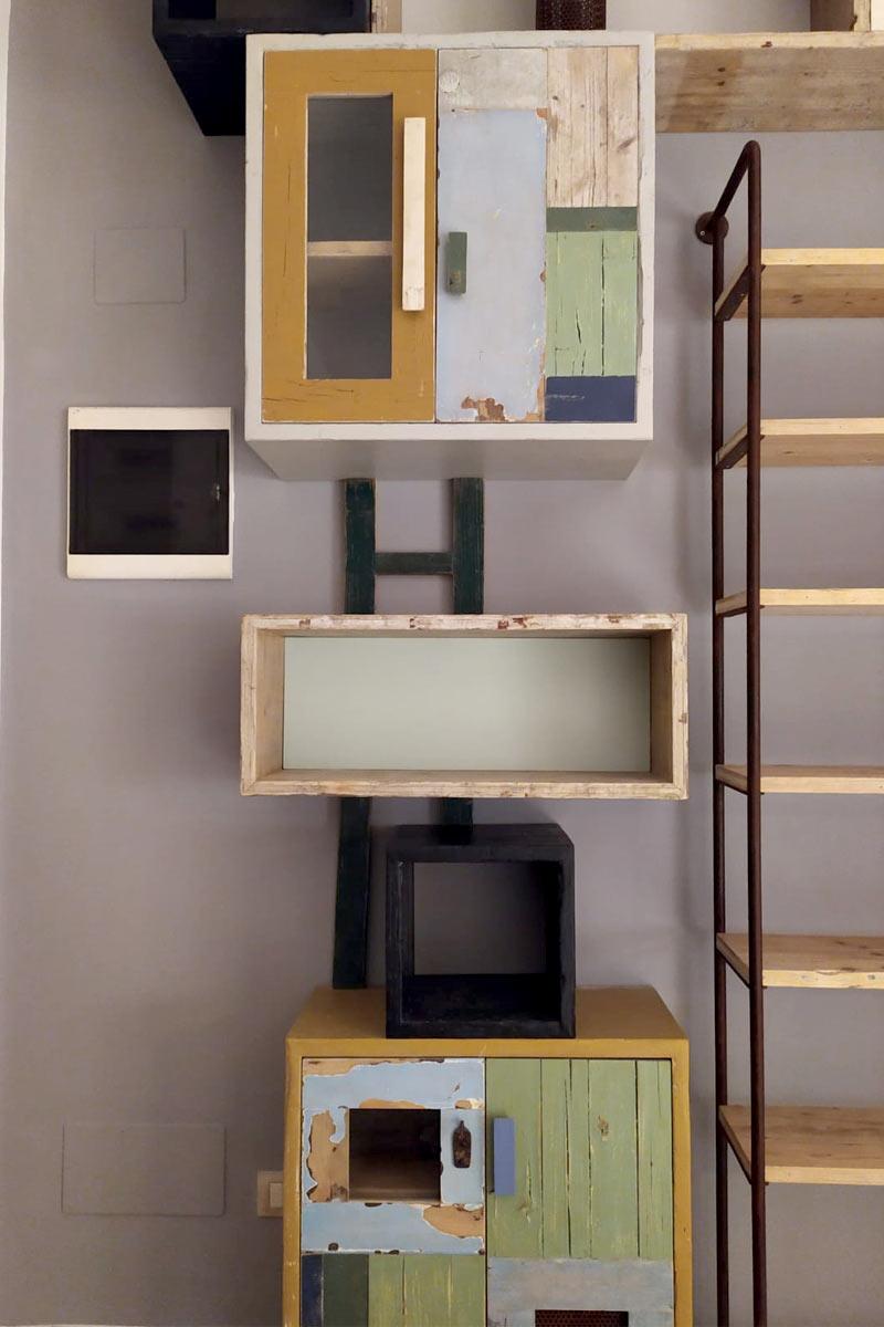 parete attrezzata ferro e legno di recupero colorato