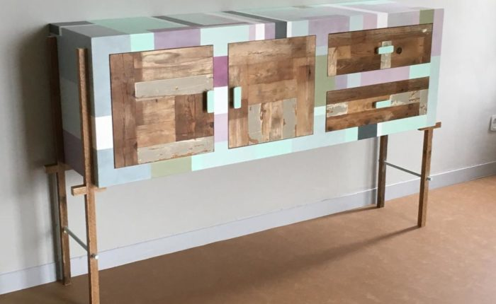 mobile ingresso con sportelli in legno di recupero e struttura colorata dipinta a mano