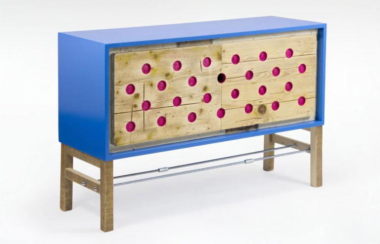 madia soggiorno colorata in legno di recupero blu e fucsia