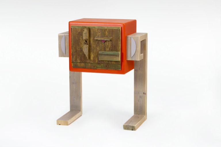 comodino arancione con sportello in legno di recupero
