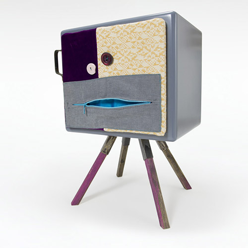 piccolo mobile con anta in stoffa colorata stanza bimbi