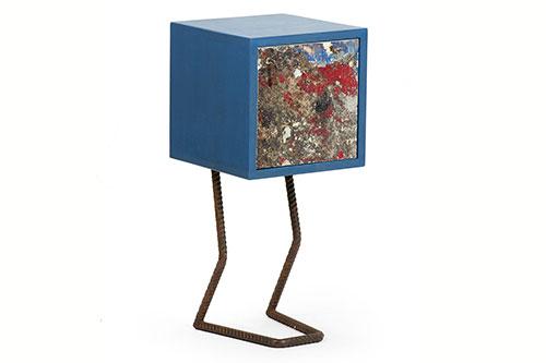 Pupazzo mobile contenitore ad una anta resina blu e ferro ossidato