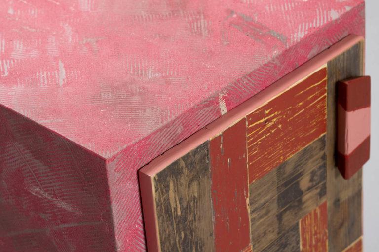 Comodino rosso legno di recupero e resina con anta