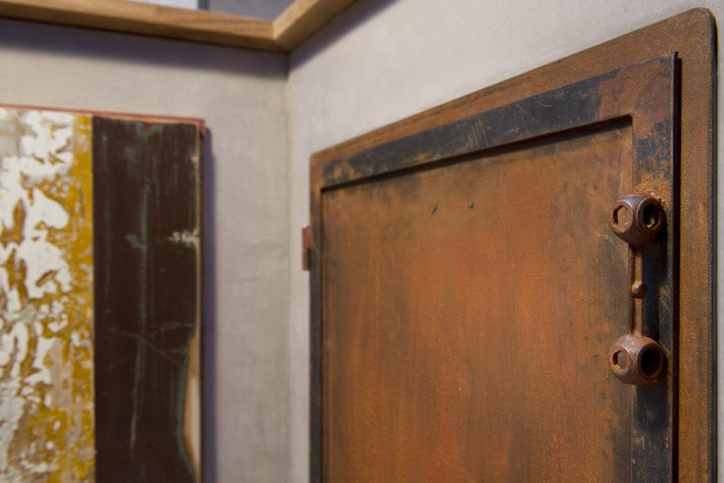 rivestimento in resina grigia per cucina e sportello in ferro ossidato industrial