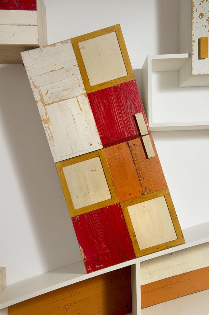 parete attrezzata contemporanea in legno di recupero rosso arancione e bianco