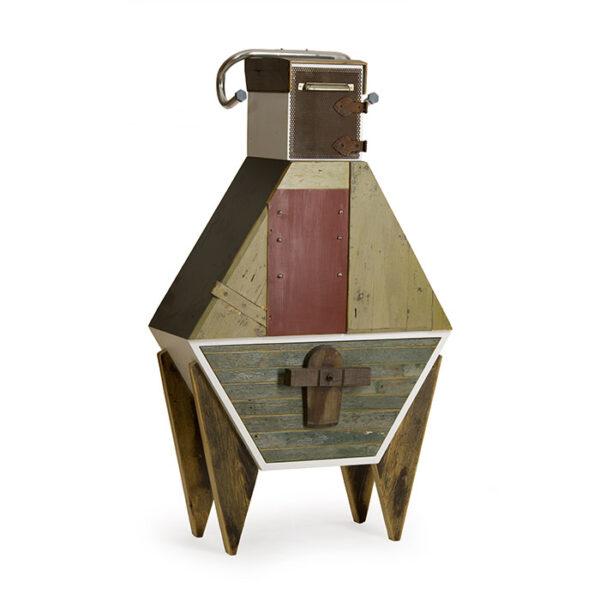 Mobile di design con legno di recupero e oggetti riciclati